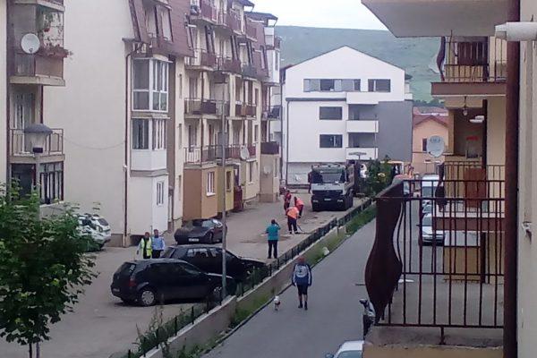 Se asfalteaza, cu probleme, pe strada Florilor, in zona blocurilor 308-320. Cateva masini zac pe domeniul public!