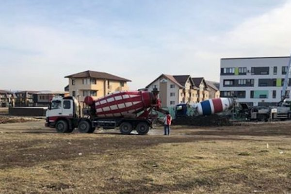 In Poligonul mic, angajatii SC Natanael Com Serv SRL si-au spalat betonierele, iar politistii locali le-au aprobat efortul printr-un salut din mers!